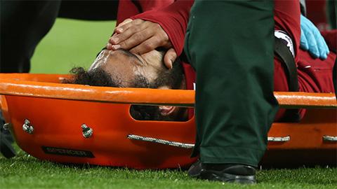 Salah không kiềm được nước mắt khi bị đưa rời sân